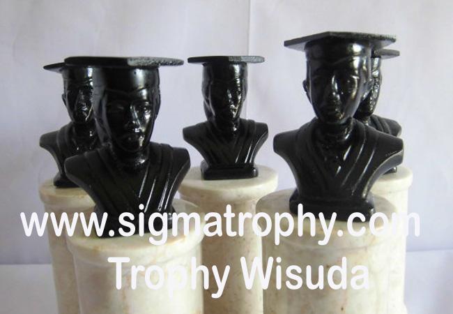 Trophy-wisuda